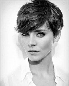 mujer con peinado pelo corto