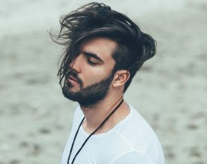 hombre con cabello largo