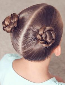 peinado de dos rodetes altos para niñas