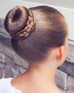 peinado de rodete alto para niña con trenzas