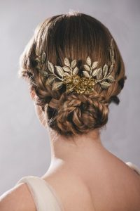 peinado griego recogido con tocado