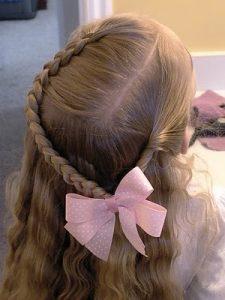 peinado para niña con trenza y cabello suelto