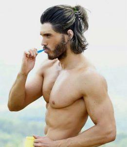 peinado semi recogido para hombre