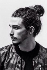 peinado recogido para hombre de pelo largo