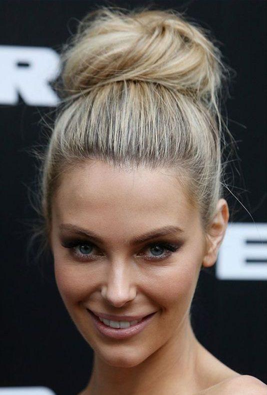 peinado de rodete alto para mujeres de cara redonda