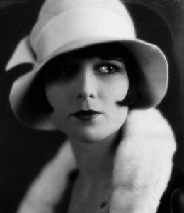 sombrero campana para mujeres de cabello corto