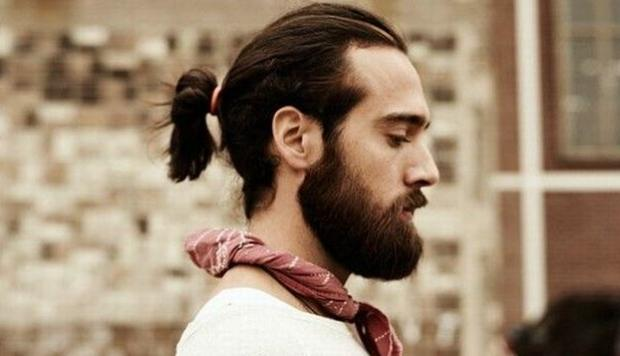 barba y cabello largo de hombre