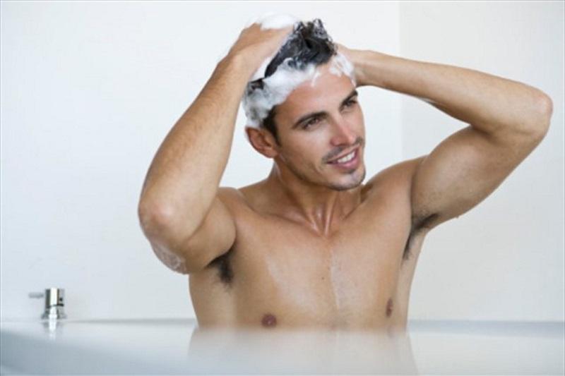 hombre lavandose el cabello