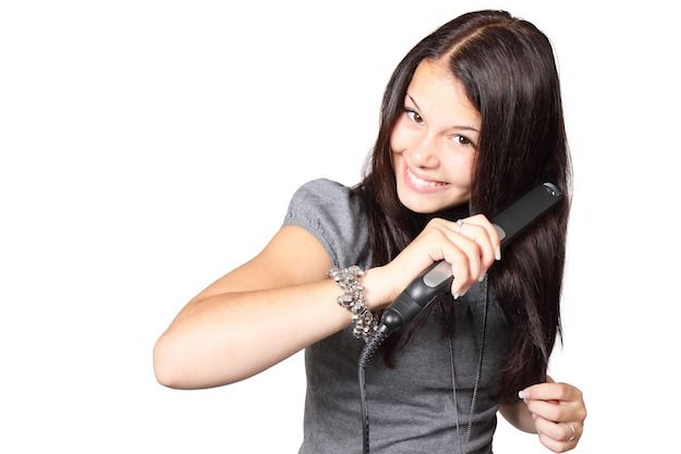 peinado con plancha de pelo