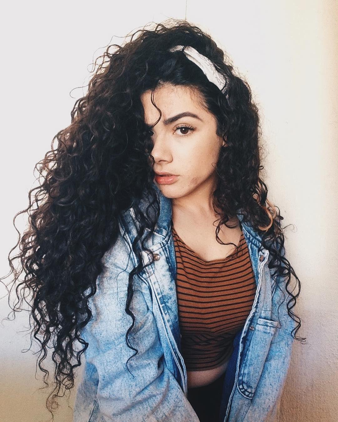 peinado con rulos y cabello suelto