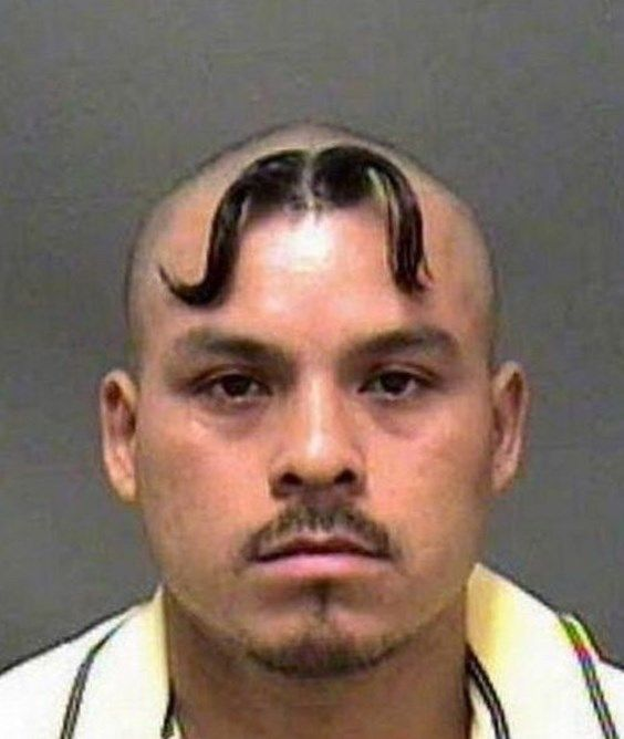 peinado raro de bigote